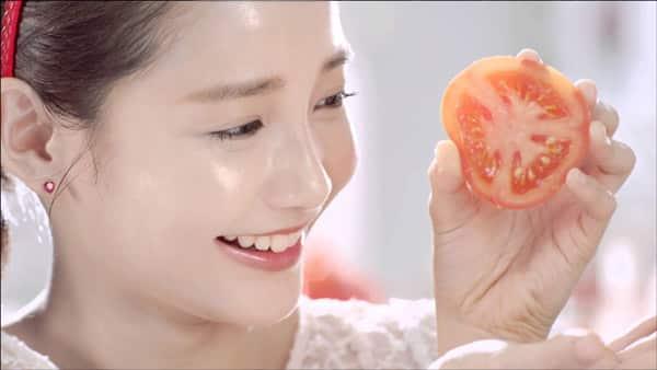 Đắp mặt bằng cà chua sẽ giúp da căng mịn