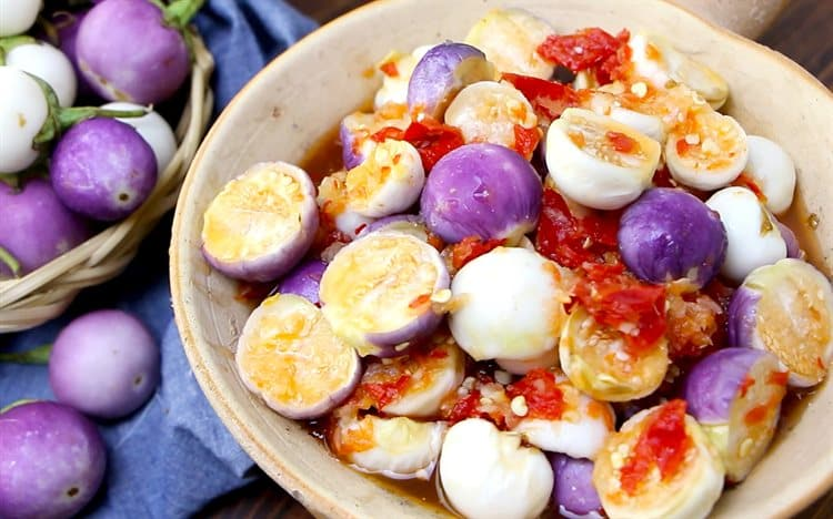 Làm cà muối chua giòn đúng cách, không bị nổi váng